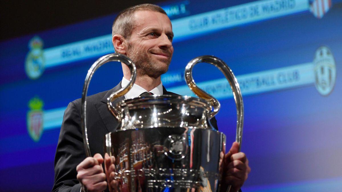 Il presidente della UEFA Ceferin regge il trofeo più importante del calcio europeo: la Champions League
