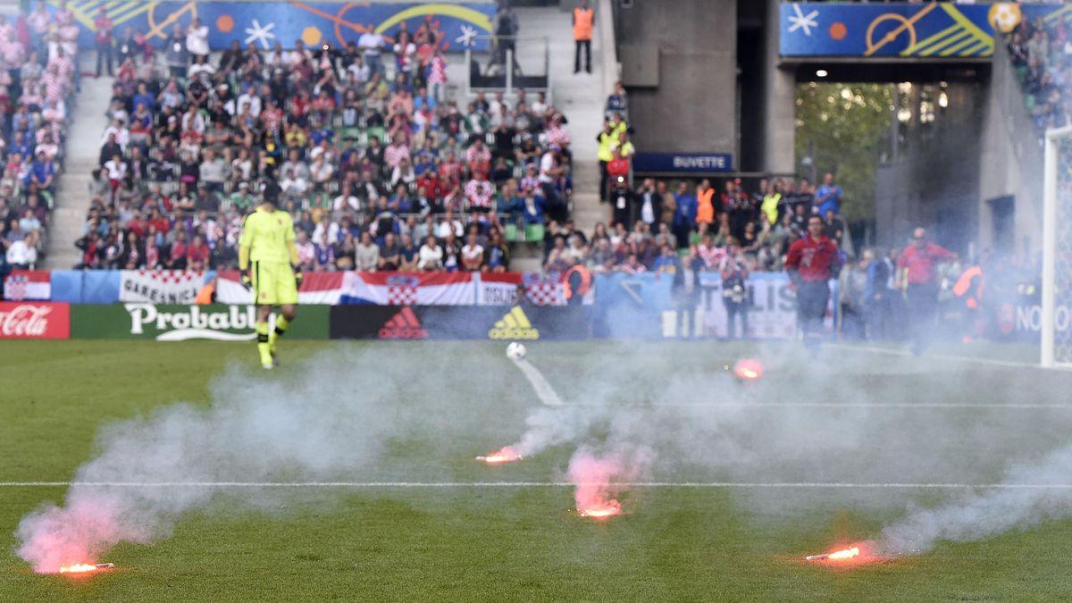 Des fumigènes ont été jetés sur la pelouse de Geoffroy-Guichard lors de République tchèque - Croatie