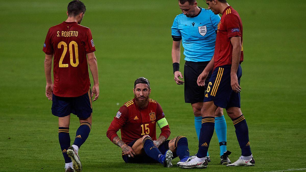 Sergio Ramos (am Boden) verletzte sich im Spiel gegen Deutschland