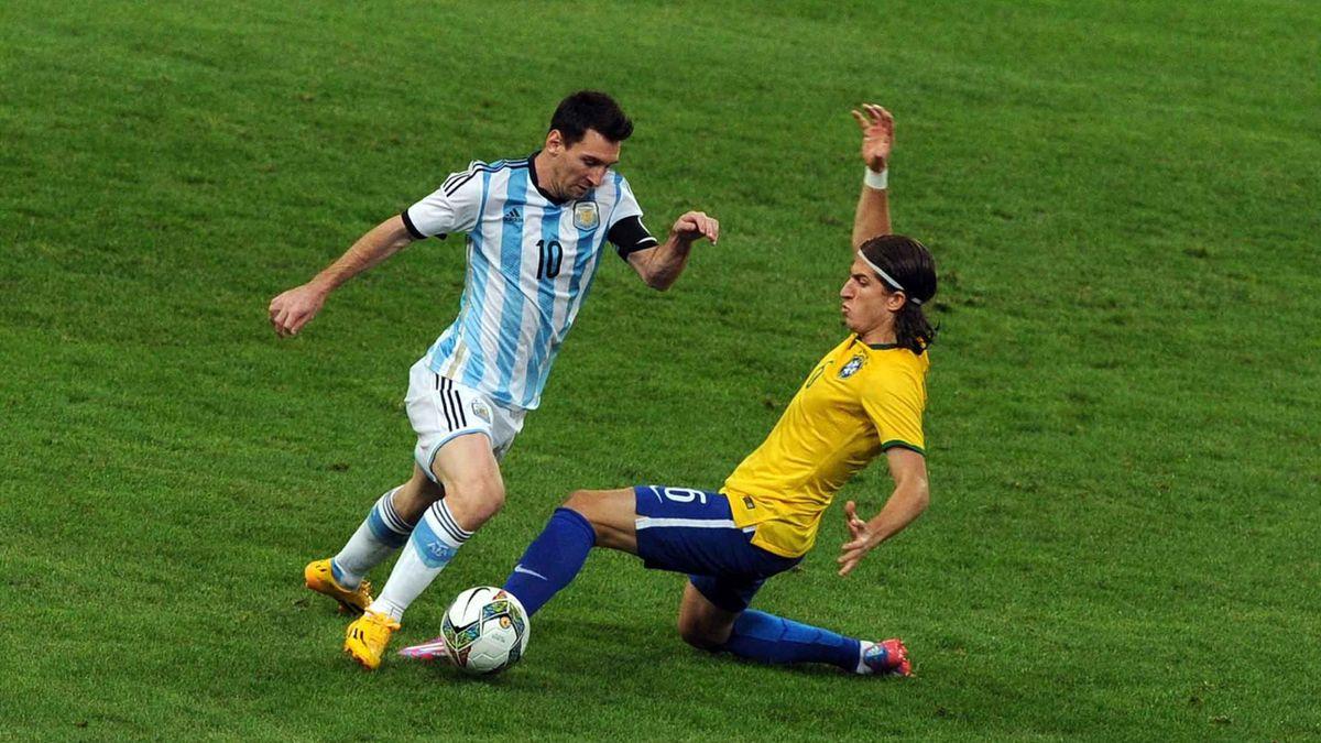 Lionel Messi face à Filipe Luis pendant Argentine - Brésil