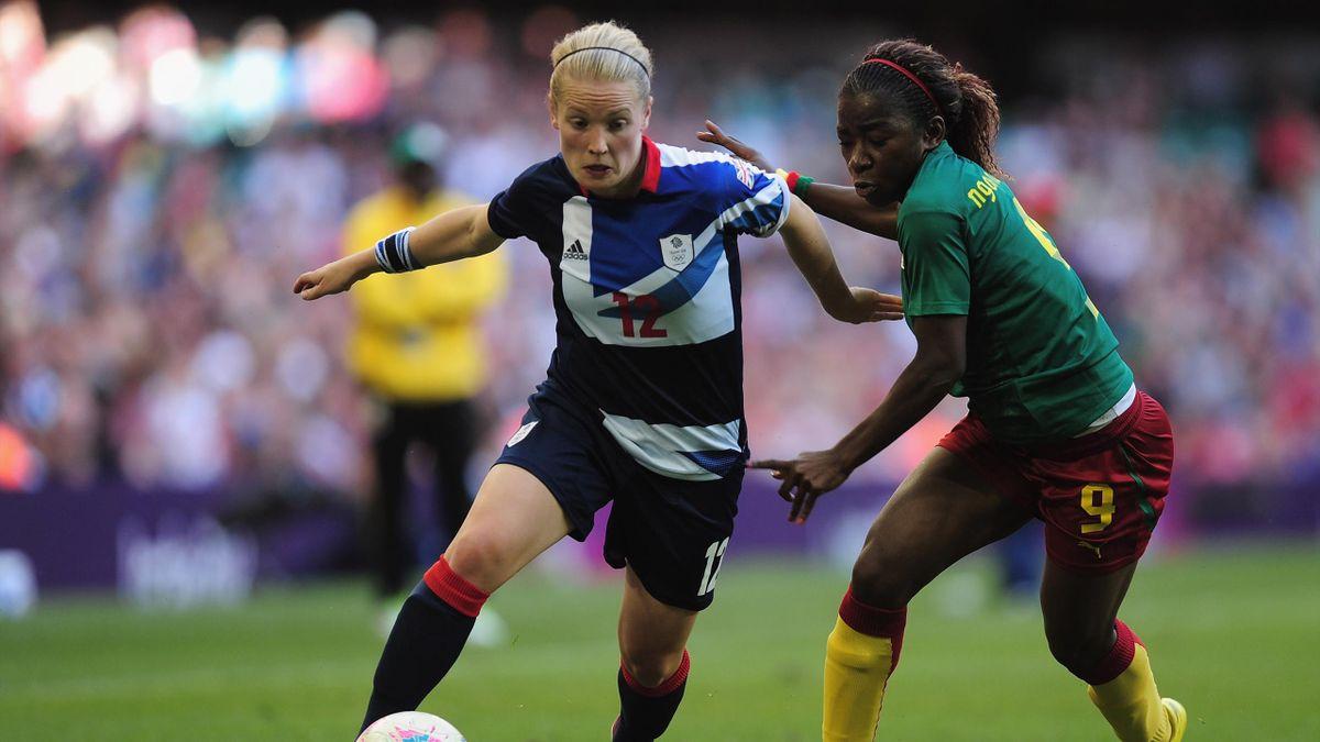 Kim Little (Gran Bretaña) y Madeleine Ngono Mani (Camerún). Juegos Olímpicos Londres 2012