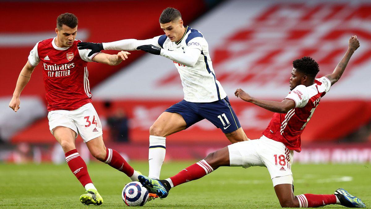 Tottenhams Erik Lamela im Duell mit den beiden Arsenal-Profis Granit Xhaka (l.) und Thomas Partey (r.)