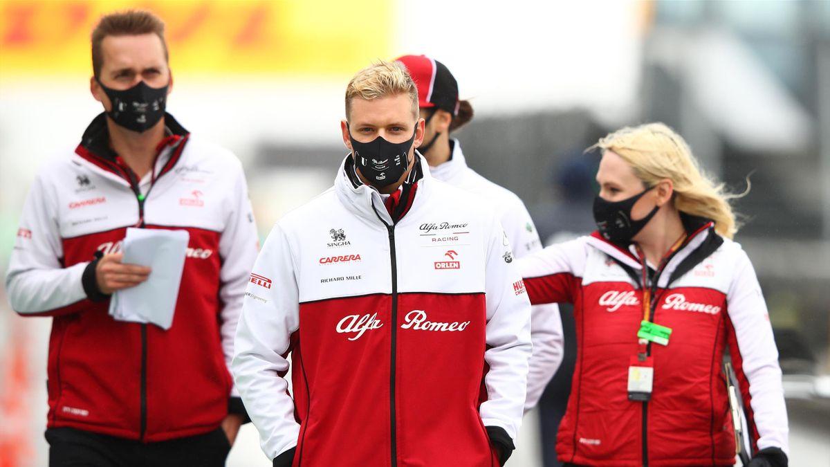 Mick Schumacher (mitte) bleibt das Wochenende am Nürburgring beim Team Alfa Romeo