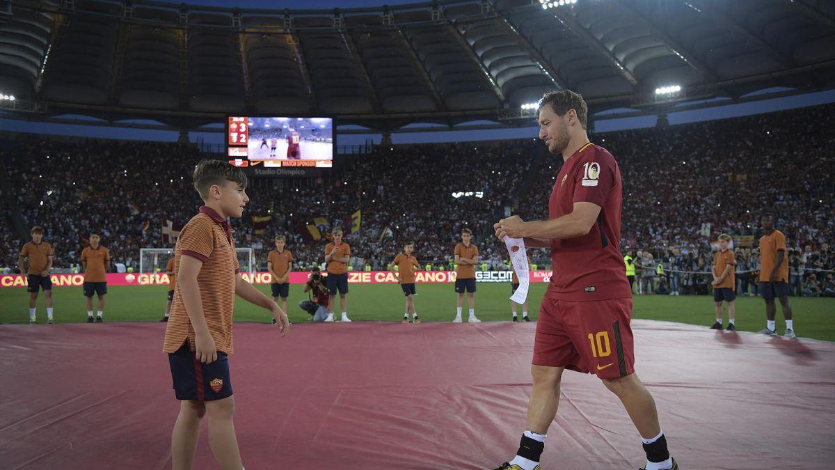 2017 Francesco Totti consegna la fasciada da capitano a Mattia Almaviva