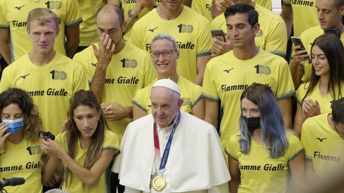 Olimpiadi, Papa Francesco da medaglia: l'incontro con i campioni delle Fiamme Gialle