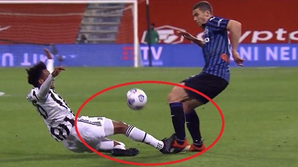 L'intervento di Cuadrado su Gosens da cui scaturisce il gol di Kulusevski del momentaneo 1-0