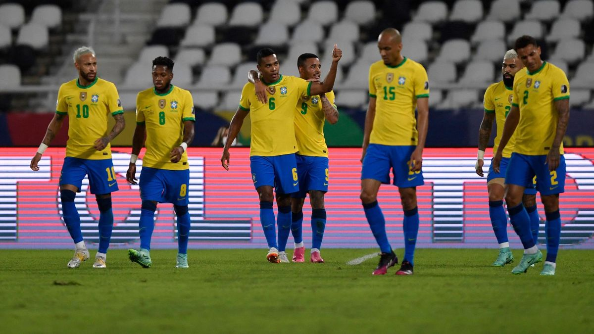 Alex Sandro esulta per il gol in Brasile-Perù