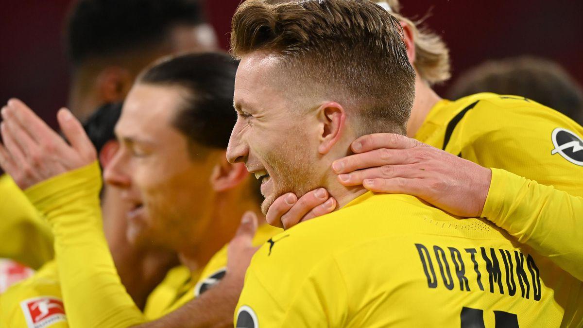 Spieler von Borussia Dortmund jubeln über ein Tor bei Bayern München
