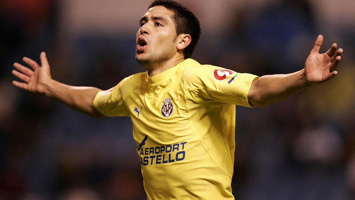 Een juichende Riquelme in het shirt van Villareal