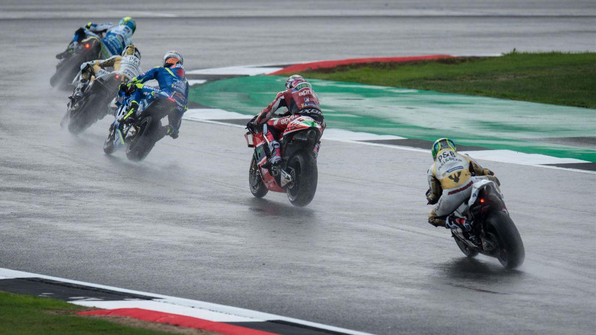 Les pilotes MotoGP sur le circuit de Silverstone lors des essais libres du Grand Prix de Grande-Bretagne