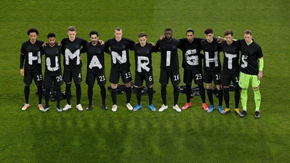 Die deutsche Nationalmannschaft setzte am Donnerstag ein klares Zeichen für Menschenrechte