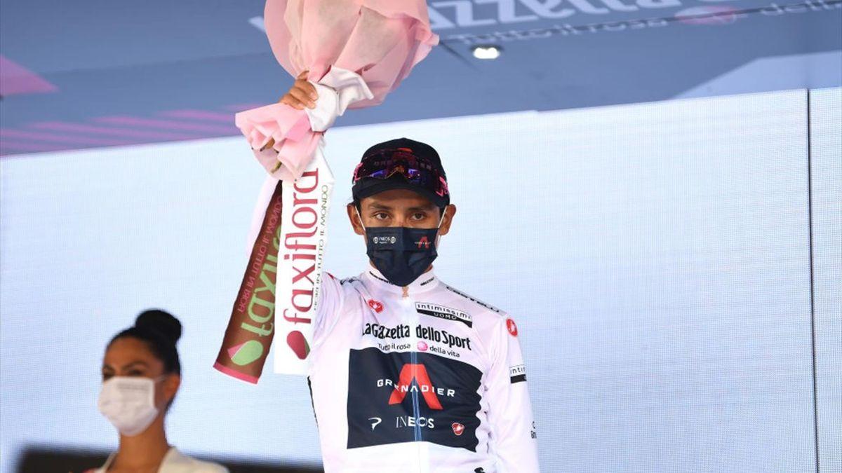 Egan Bernal sul podio di Milano con la maglia bianca di miglior giovane - Giro d'Italia 2021
