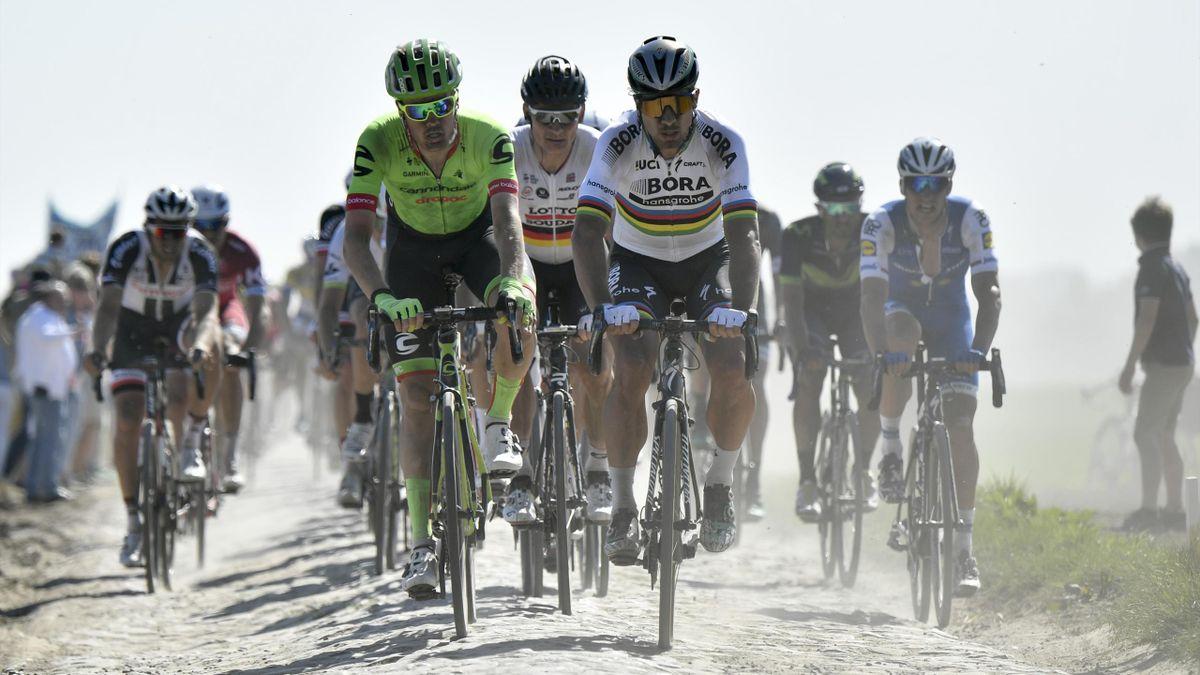Sebastian Langeveld (Cannondale), Andre Greipel (Lotto-Soudal) et Peter Sagan (Bora-Hansgrohe) sur les pavés de Paris-Roubaix