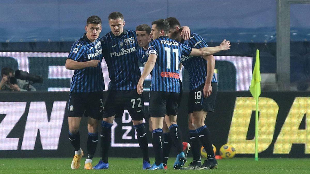Roni Gosens (mitte) und Atalanta Bergamo jubeln über den Sieg gegen den FC Crotone