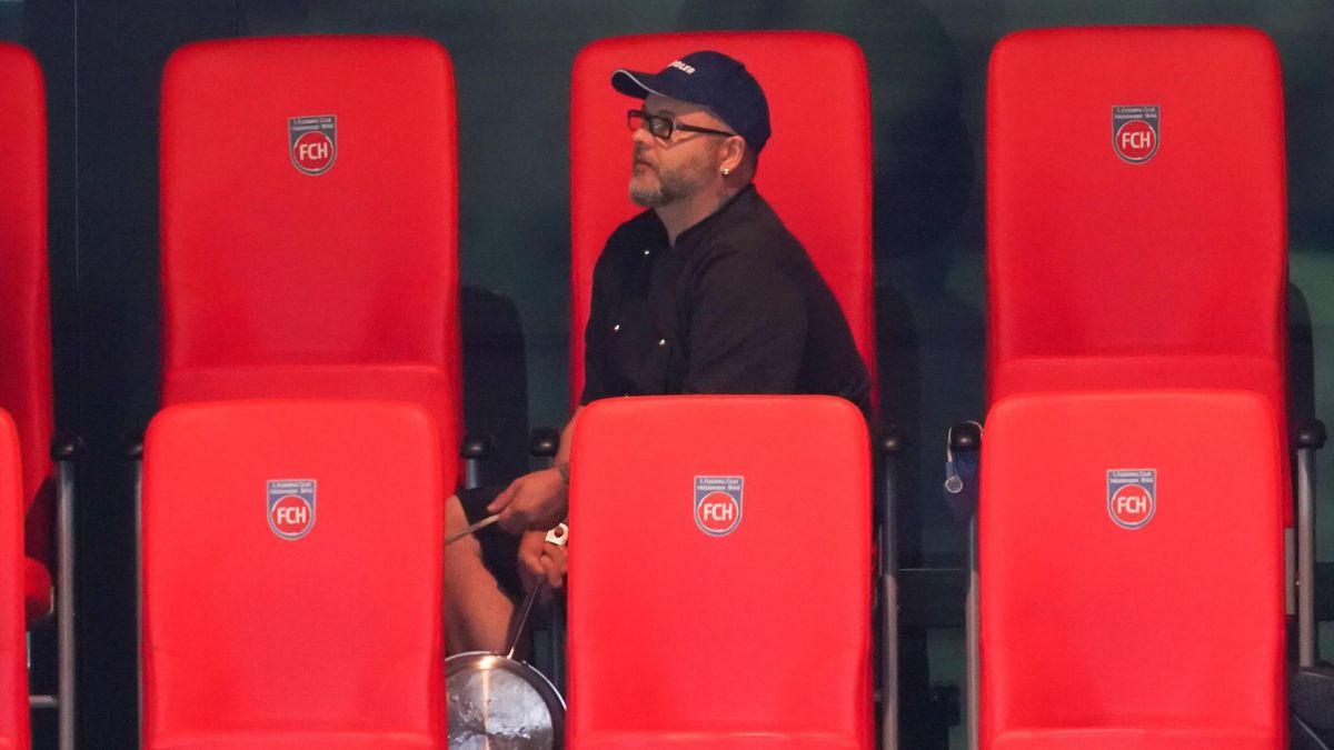 Koch mit Bratpfanne auf der Tribüne beim Relegationsspiel zwischen Heidenheim und Bremen