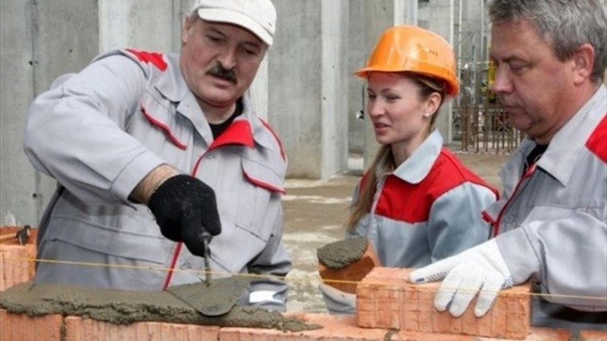 Александр Лукашенко и Дарья Домрачева на субботнике