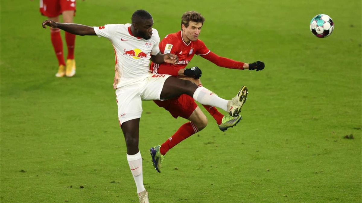Dayot Upamecano (l.) im Spiel gegen den FC Bayern