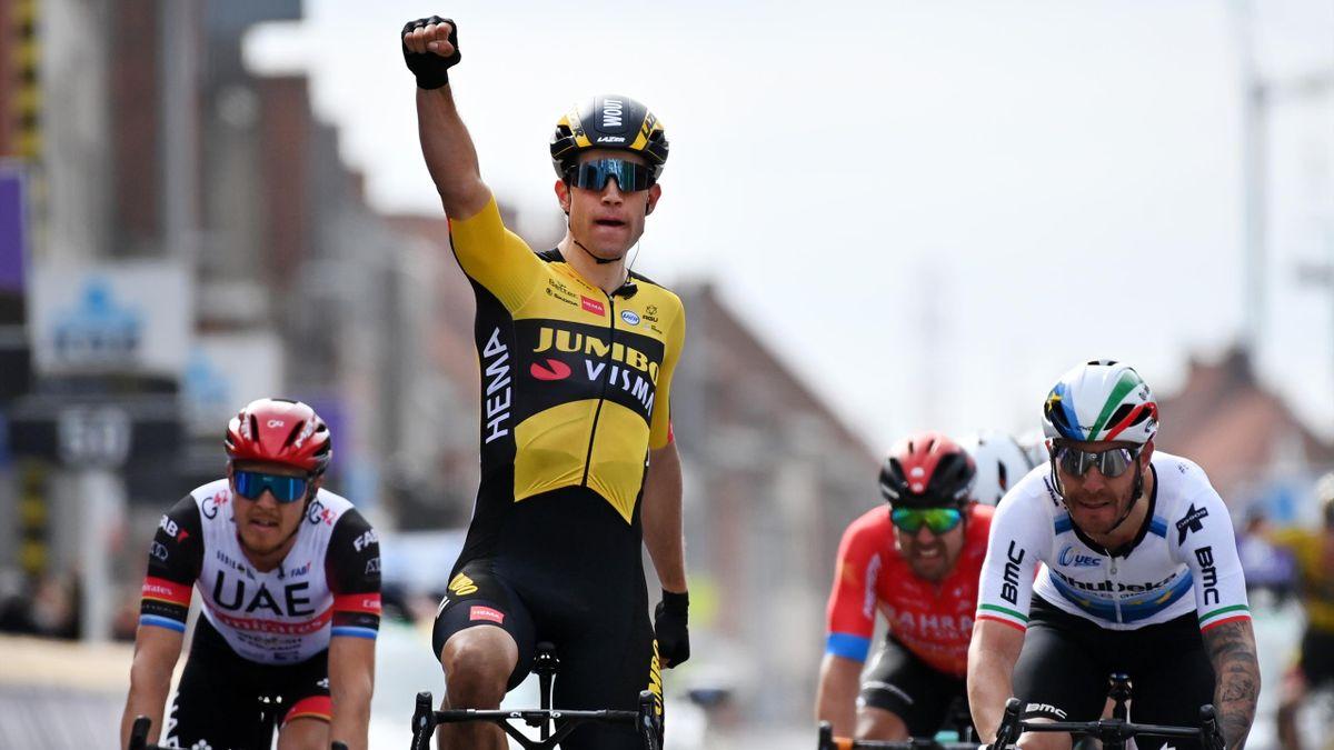 Wout Van Aert jubler etter seieren i Gent-Wevelgem.