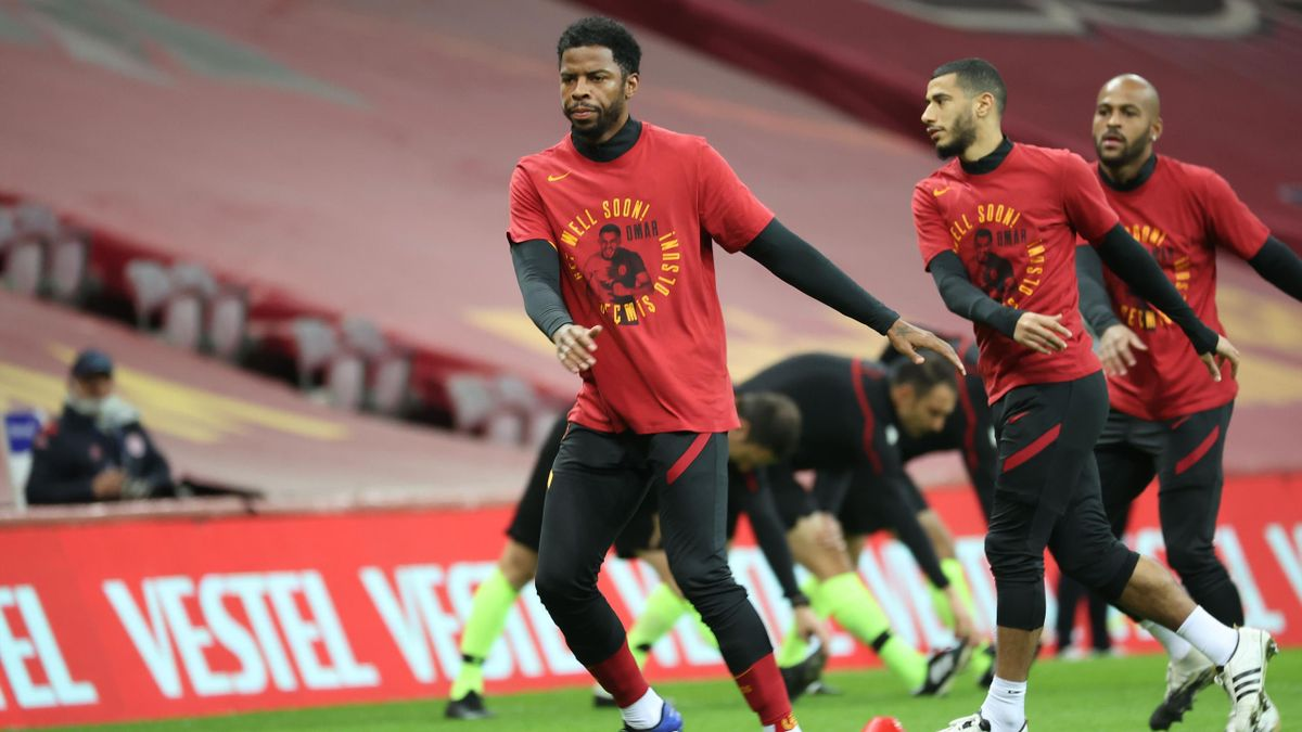 Galatasaray-spillerne viste sin støtte til Omar Elabdellaoui før kampen mot Antalyaspor.