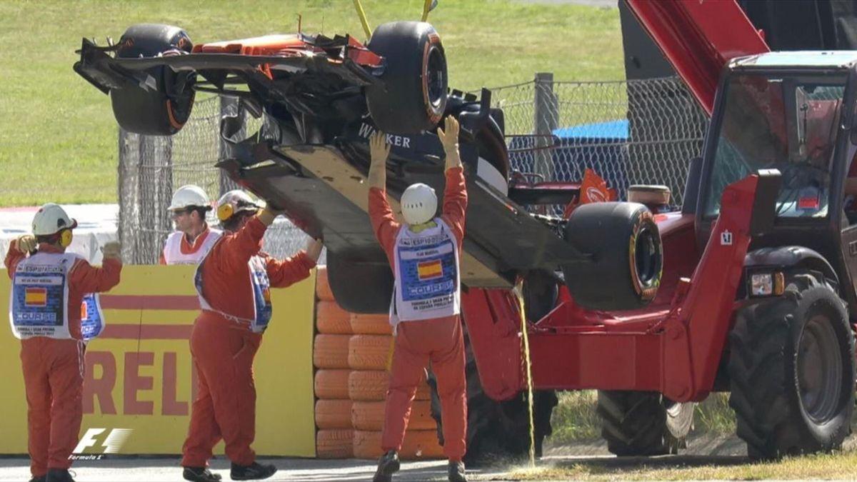 El monoplaza de Fernando Alonso remolcado por la grúa en Montmeló