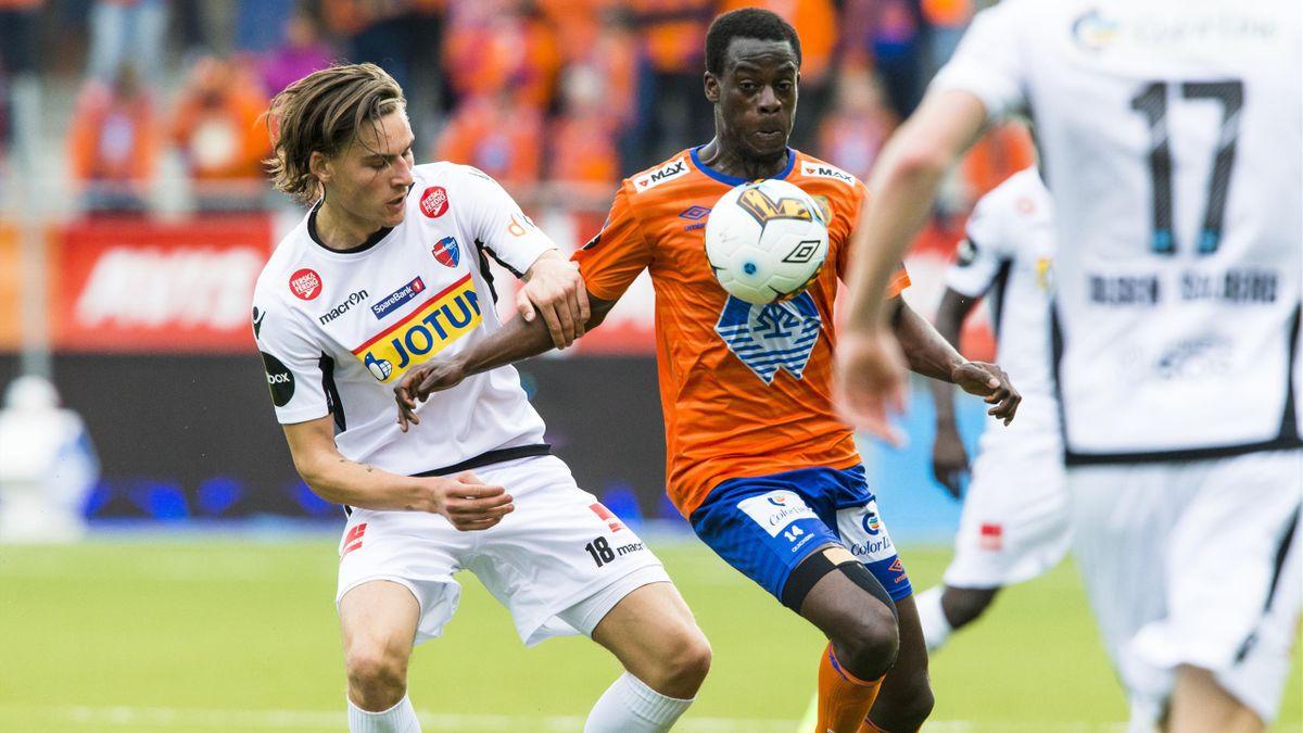 Sandefjords William Kurtovic (t.v.) og Edwin Gyasi i eliteseriekampen i fotball mellom Aalesund og Sandefjord på Color Line Stadion.