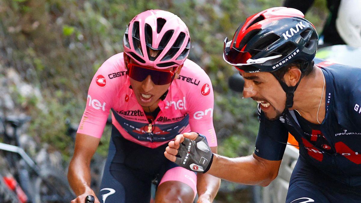 Daniel Martinez prova a caricare Egan Bernal durante la scalata di Sega di Ala - Giro d'Italia 2021