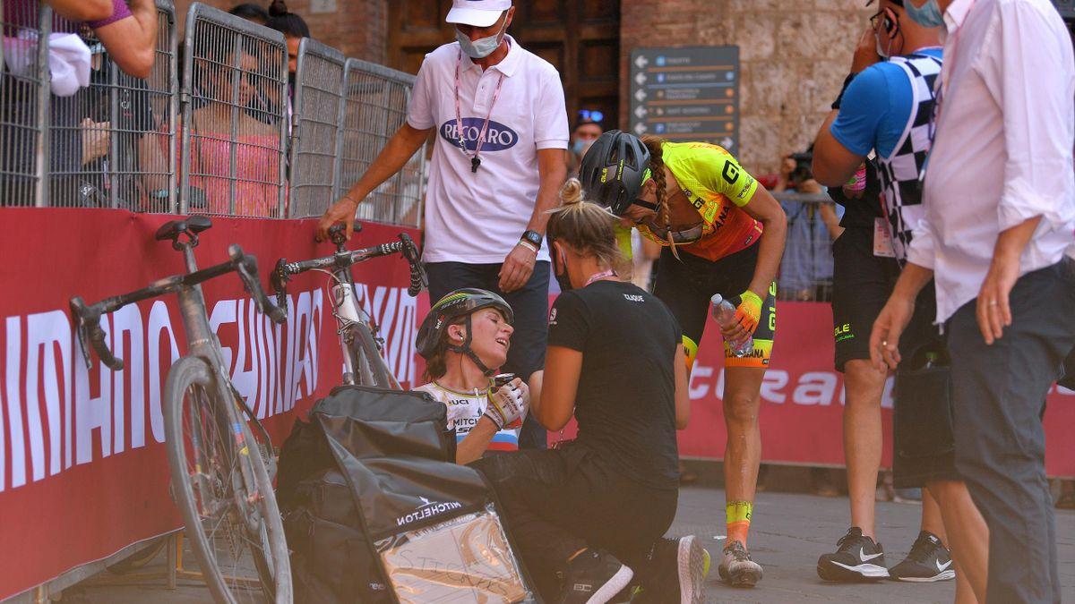 Mavi Garcia congratulates 2021 Strade Bianche winner Annemiek van Vleuten