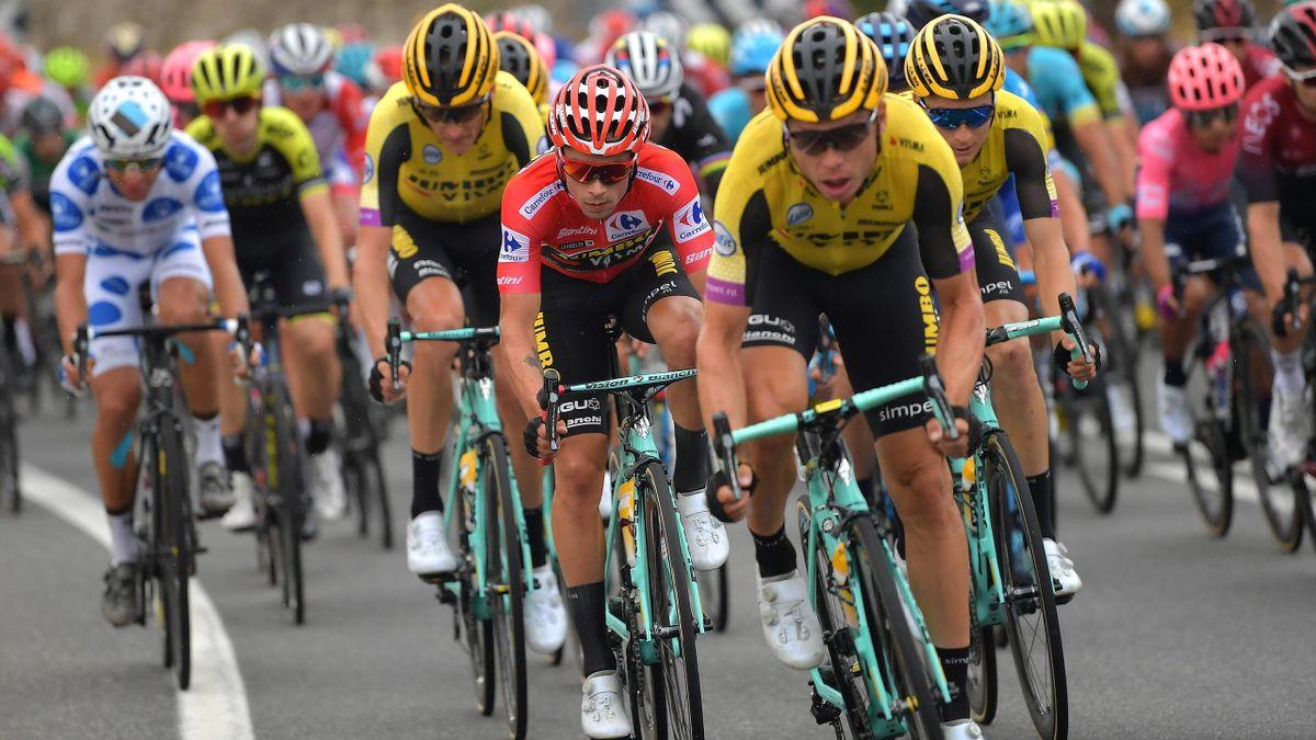 Tony Martin (Team Jumbo-Visma) unterstützt seinen Teamkollegen Primoz Roglic (rotes Führungstrikot) bei der Vuelta 2019 und verhilft ihm zum Gesamtsieg