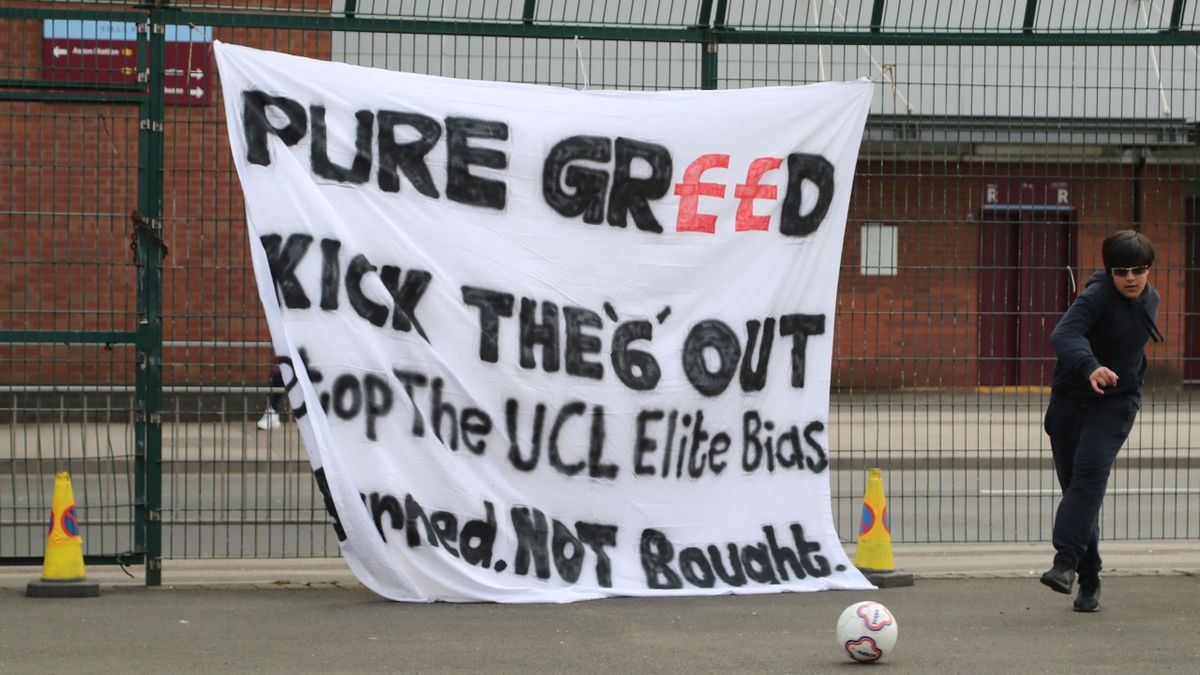 A banner reacting to the collapse of the planned creation of a European Super League