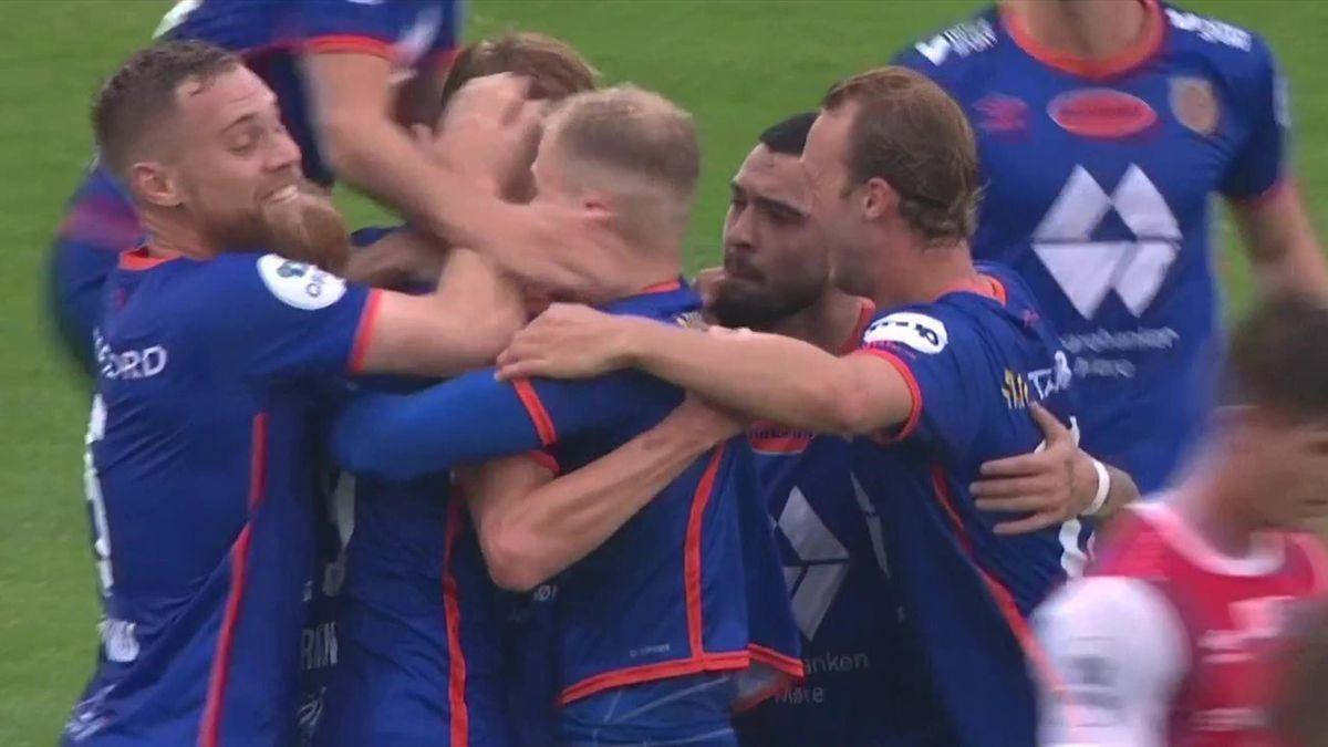 AaFK-spillerne omfavner Kristoffer Barmen etter 1-0-scoringen mot Bryne.