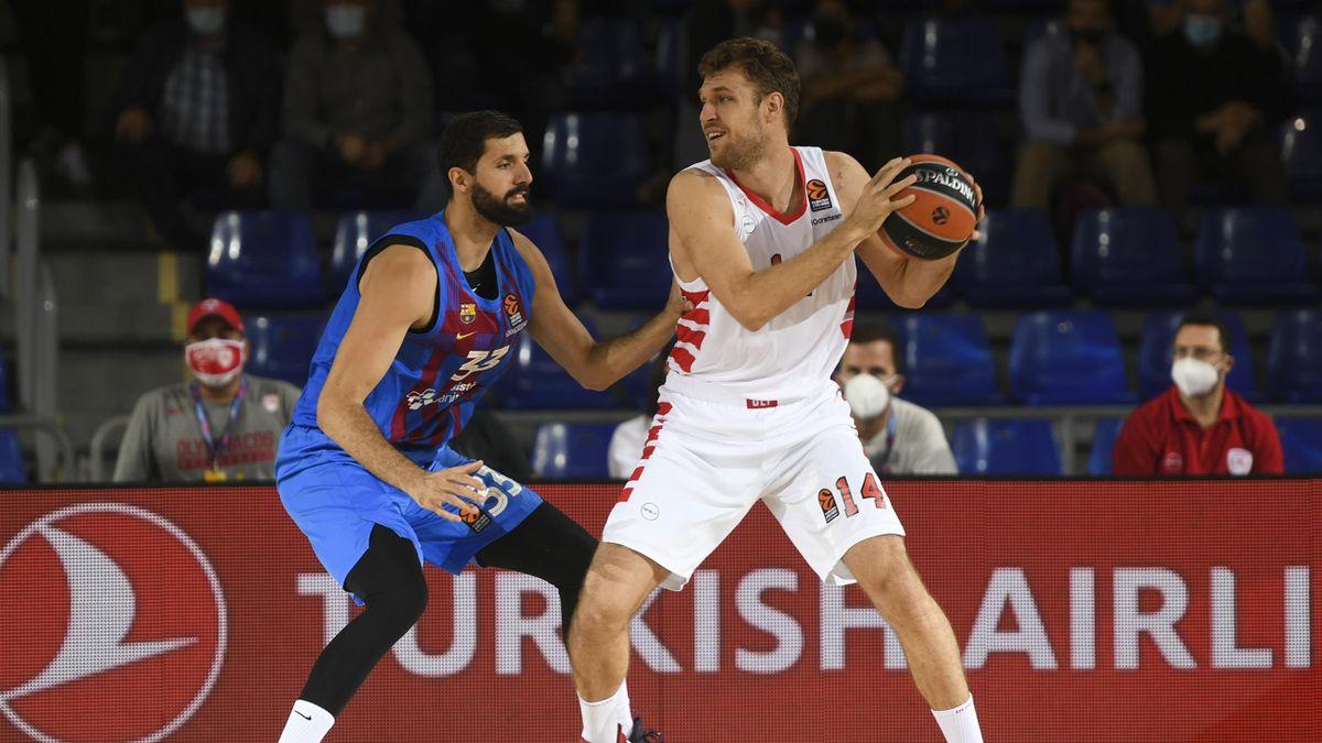 Sasha Vezenkov,(Olympiacos) y Nikola Mirotic (Barcelona)