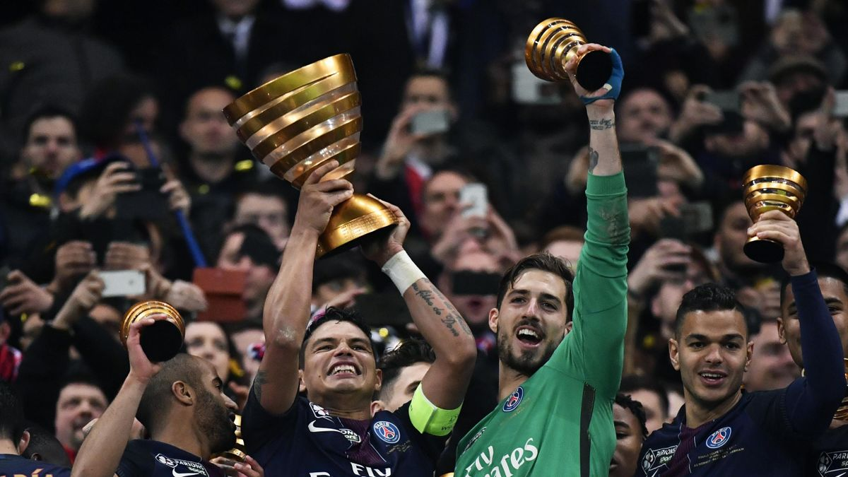 Les joueurs du PSG soulèvent la Coupe de la Ligue
