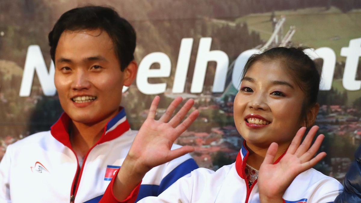 Tae Ok Ryom en Ju Sik Kim uit Noord-Korea wachten op hun score tijdens de Nebelhorn Trophy 2017 in Oberstdorf.