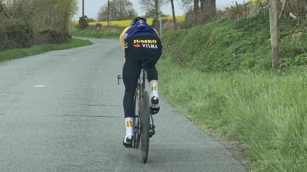 Roglic in allenamento a cronometro in vista del Tour de France