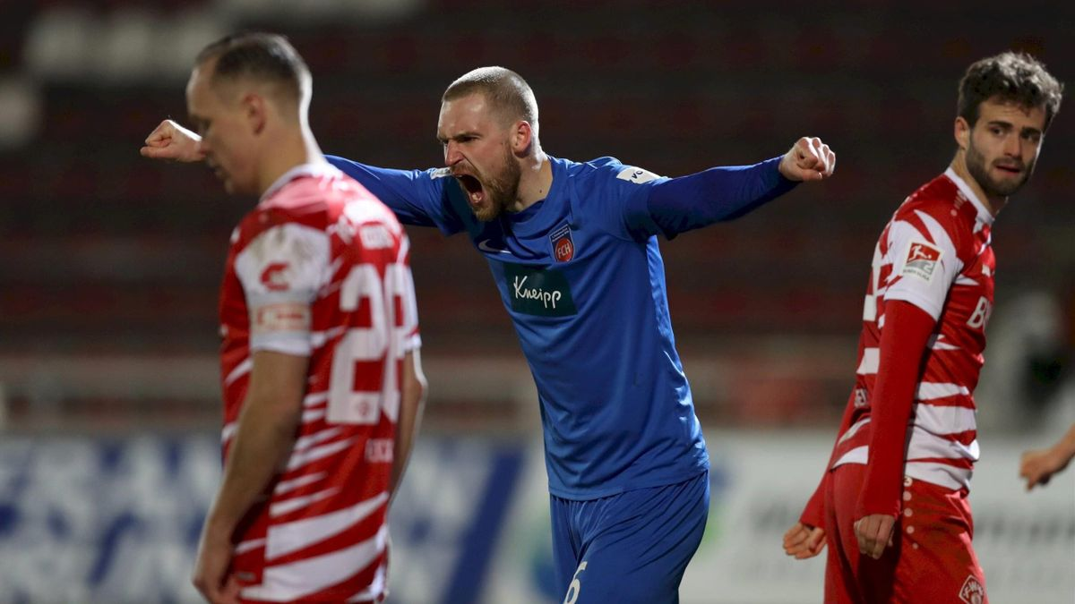 Patrick Mainka (1. FC Heidenheim) bejubelt den Sieg gegen die Würzburger Kickers