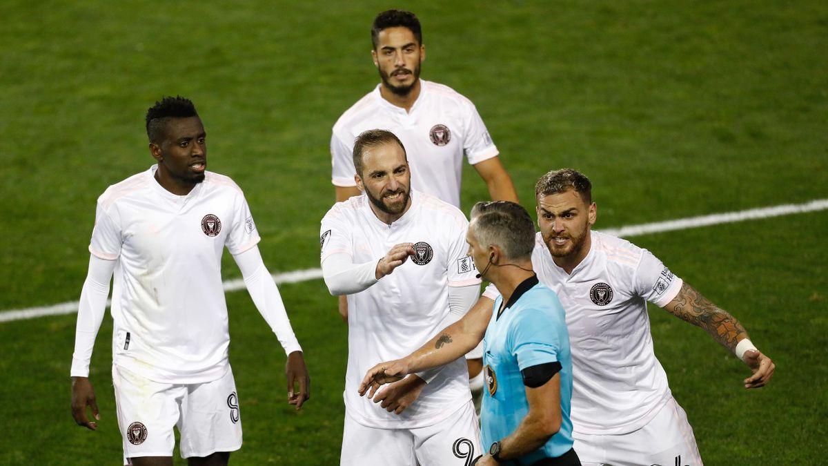 Blaise Matuidi, Gonzalo Higuain et Leandro Gonzalez (de gauche à droite) invectivent l'arbitre, lors de la défaite de l'Inter Miami face à l'Impact Montréal (2-1), le 17 octobre