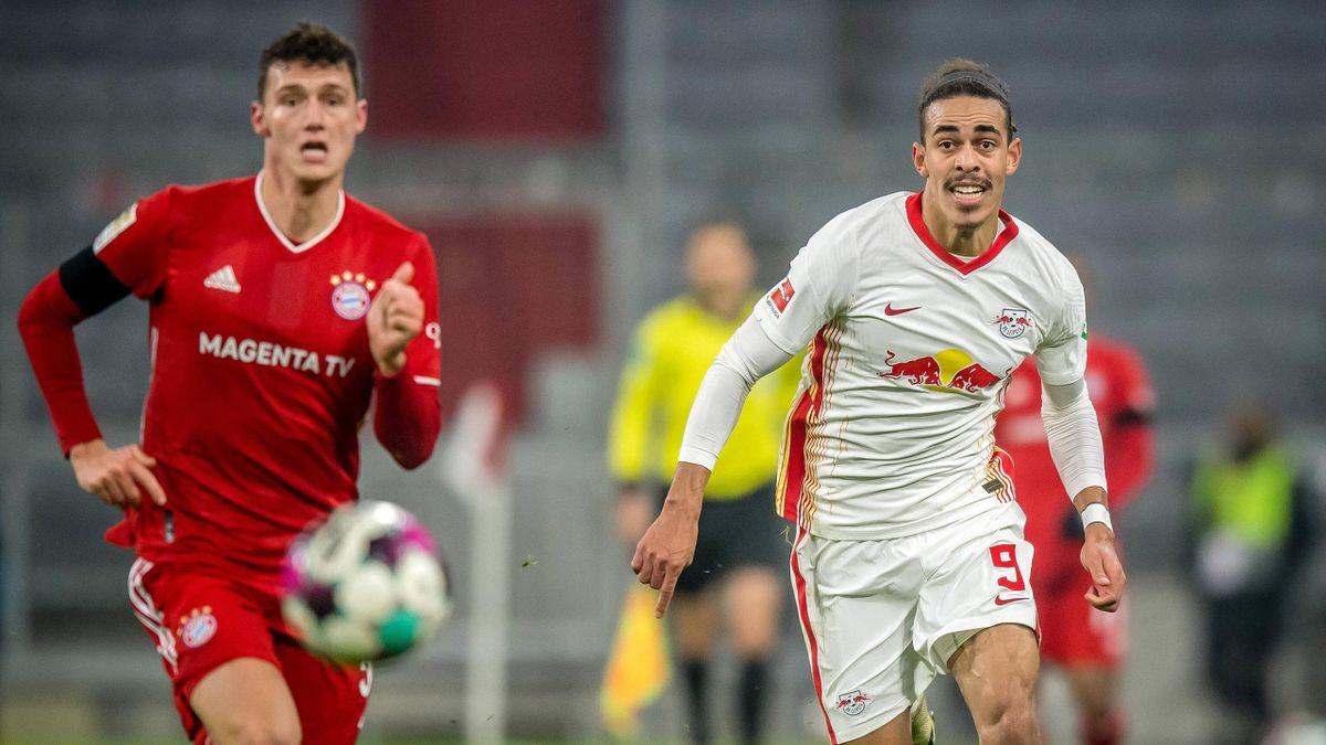 Benjamin Pavard (links; FC Bayern) im Laufduell mit Yussuf Poulsen (RB Leipzig)