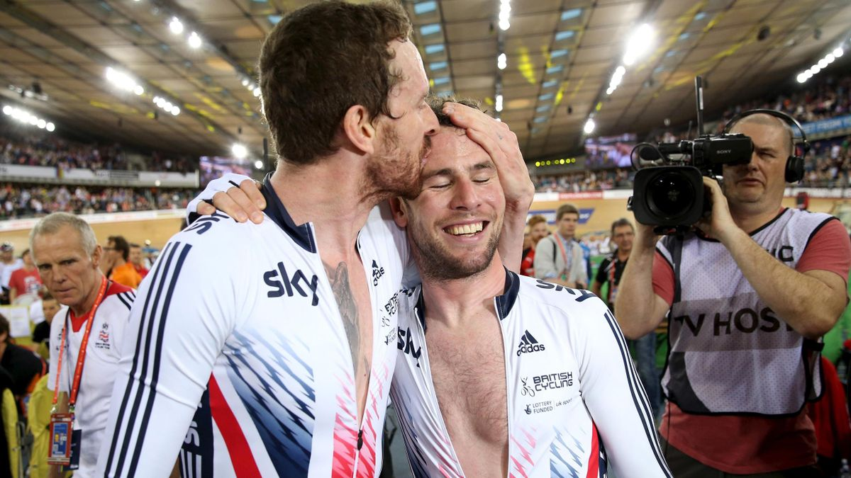 Sir Bradley Wiggins (L) and Mark Cavendish (R) of Britain celebrates winning the men's madison final.