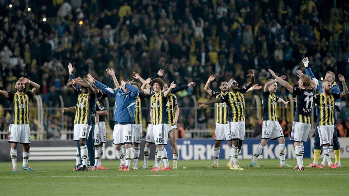 Spor Toto Süper Ligi'nde Fenerbahçe ile Medical Park Antalyaspor takımları Şükrü Saraçoğlu Stadı'nda karşılaştı. Maçı kazanan Fenerbahçeli oyuncular büyük sevinç yaşadı. Maç sonrasında tezahüratta bulunan futbolcular tribünleri selamladı.