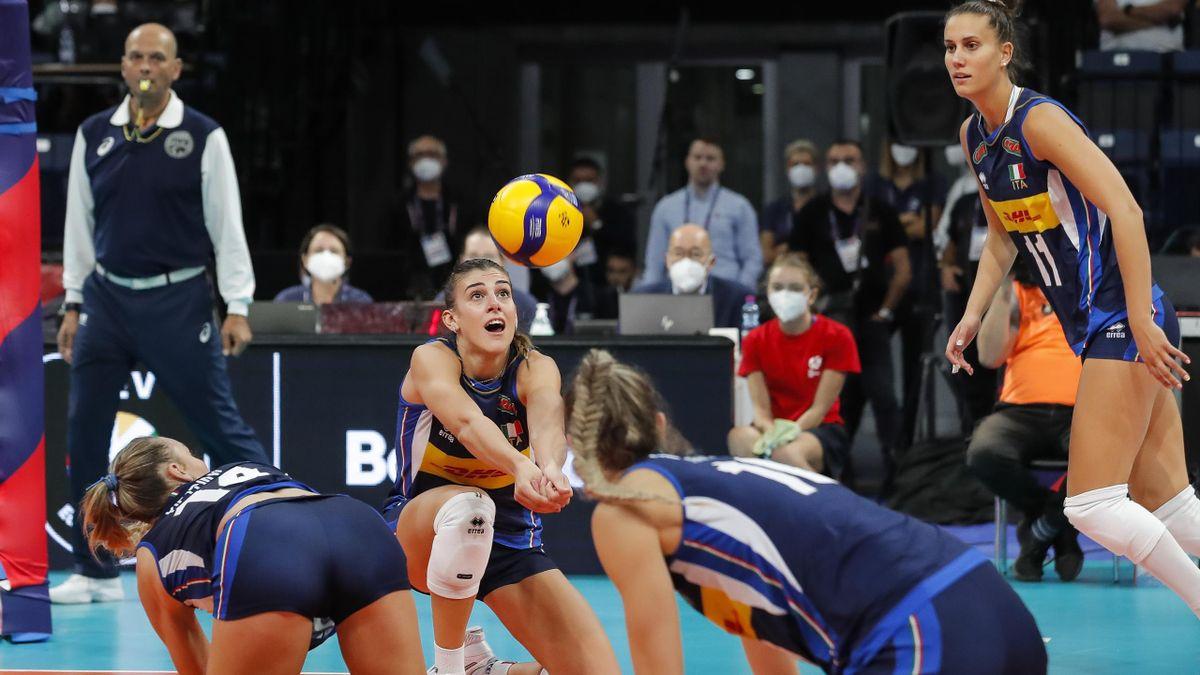 Alessia Orro, impegnata in un bagher durante il quarto di finale contro la Russia, agli Europei 2021