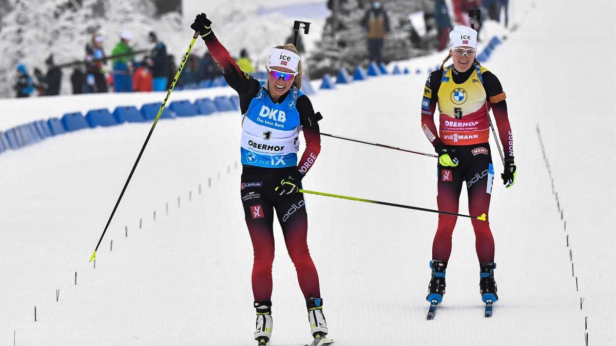 Tiril Eckhoff aus Norwegen (l.) jubelt über ihren Sieg in der Verfolgung von Oberhof vor ihrer Landsfrau Marte Olsbu Röiseland
