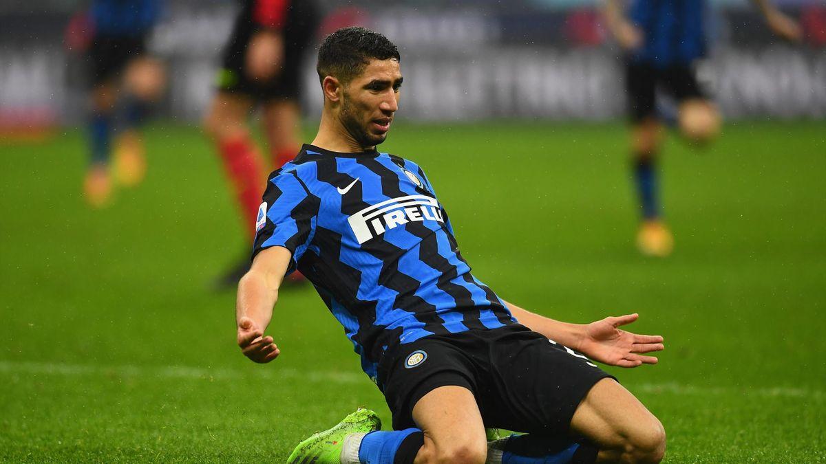 Achraf Hakimi esulta con la maglia dell'Inter