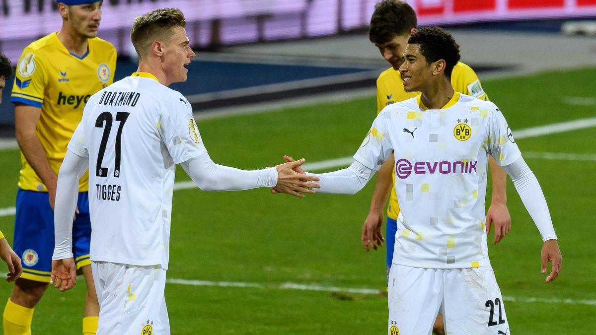 Steffen Tigges (links; Borussia Dortmund) und Jude Bellingham im Spiel gegen Eintracht Braunschweig