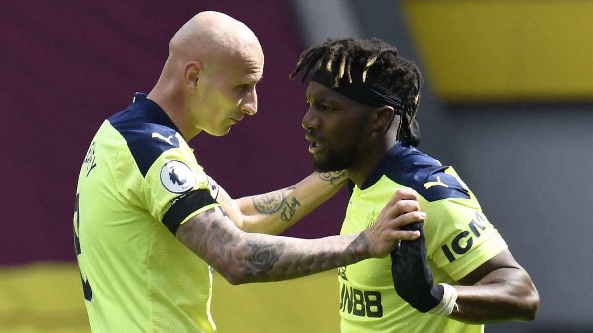 Newcastle United's French midfielder Allan Saint-Maximin (R) celebrates with Newcastle United's English midfielder Jonjo Shelvey