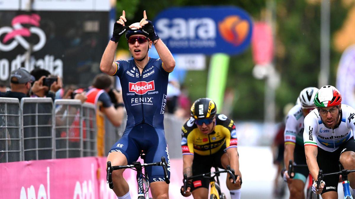 Tim Merlier vom Team Alpecin-Fenix (l.) jubelt über seinen Etappensieg auf der 2. Giro-Etappe