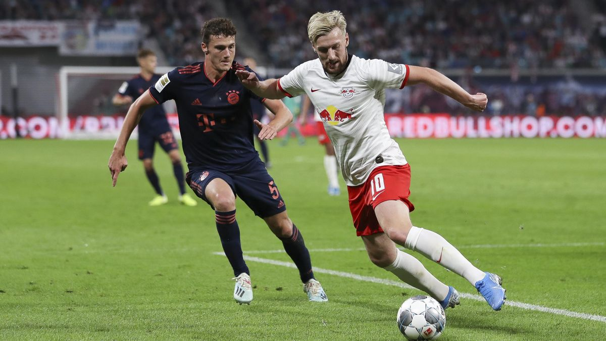 Bayerns Benjamin Pavard (l.) im Zweikampf gegen Emil Forsberg im September 2019