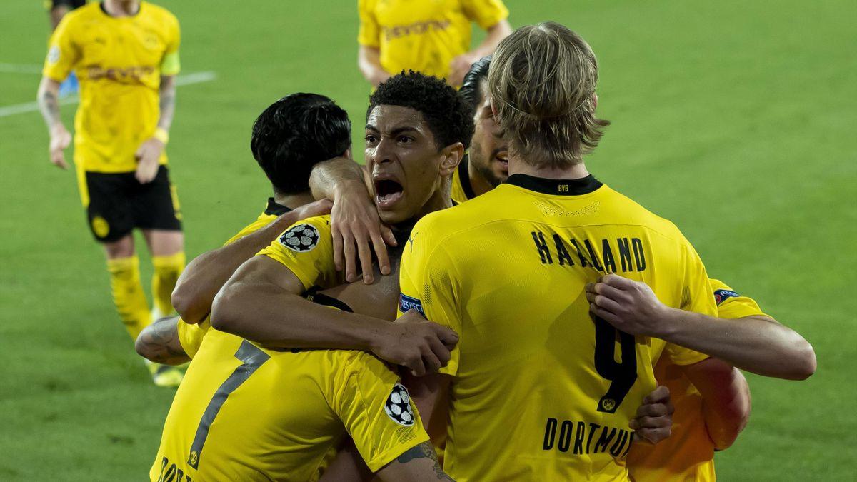 Jude Bellingham und die Spieler von Borussia Dortmund bejubeln den Sieg gegen den FC Sevilla