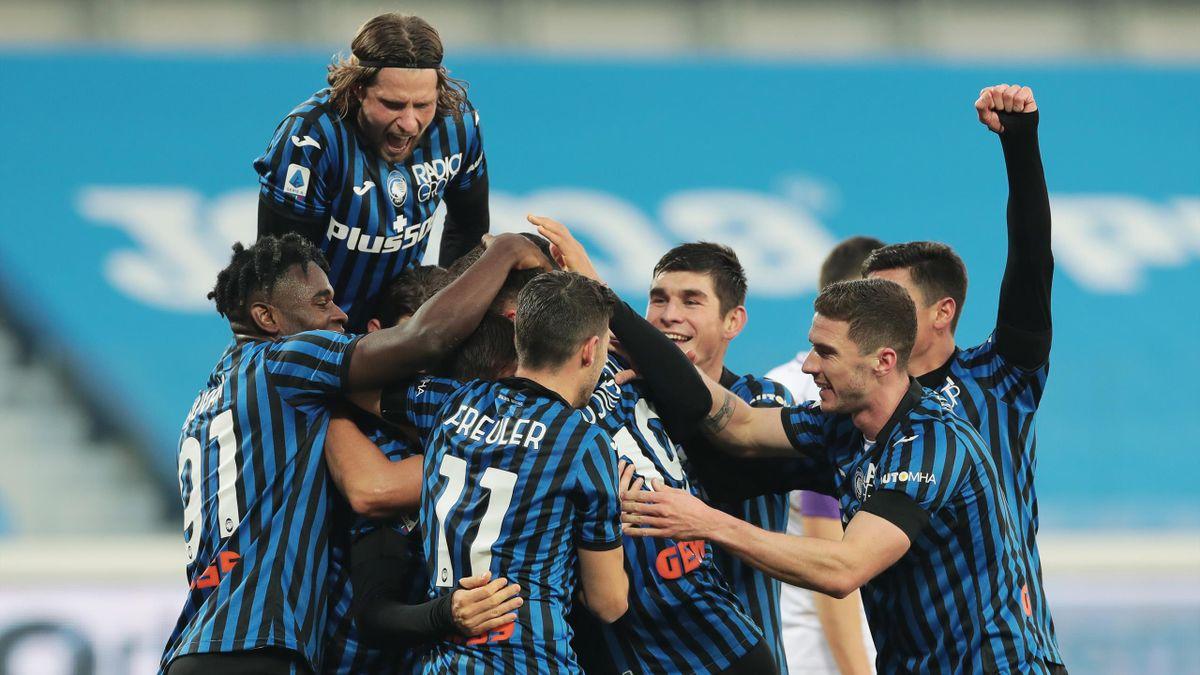 L'Atalanta esulta in massa dopo la vittoria sulla Fiorentina
