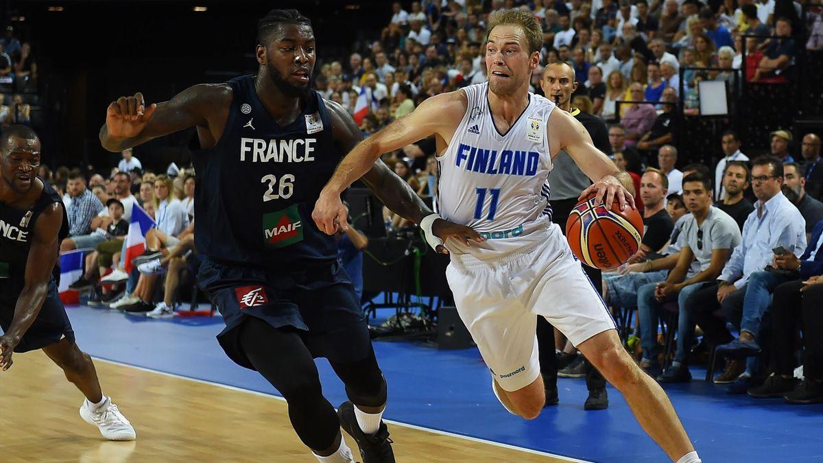 Lessort et Koponen à la lutte lors de France - Finlande, à l'occasion des éliminatoires pour la Coupe du monde.