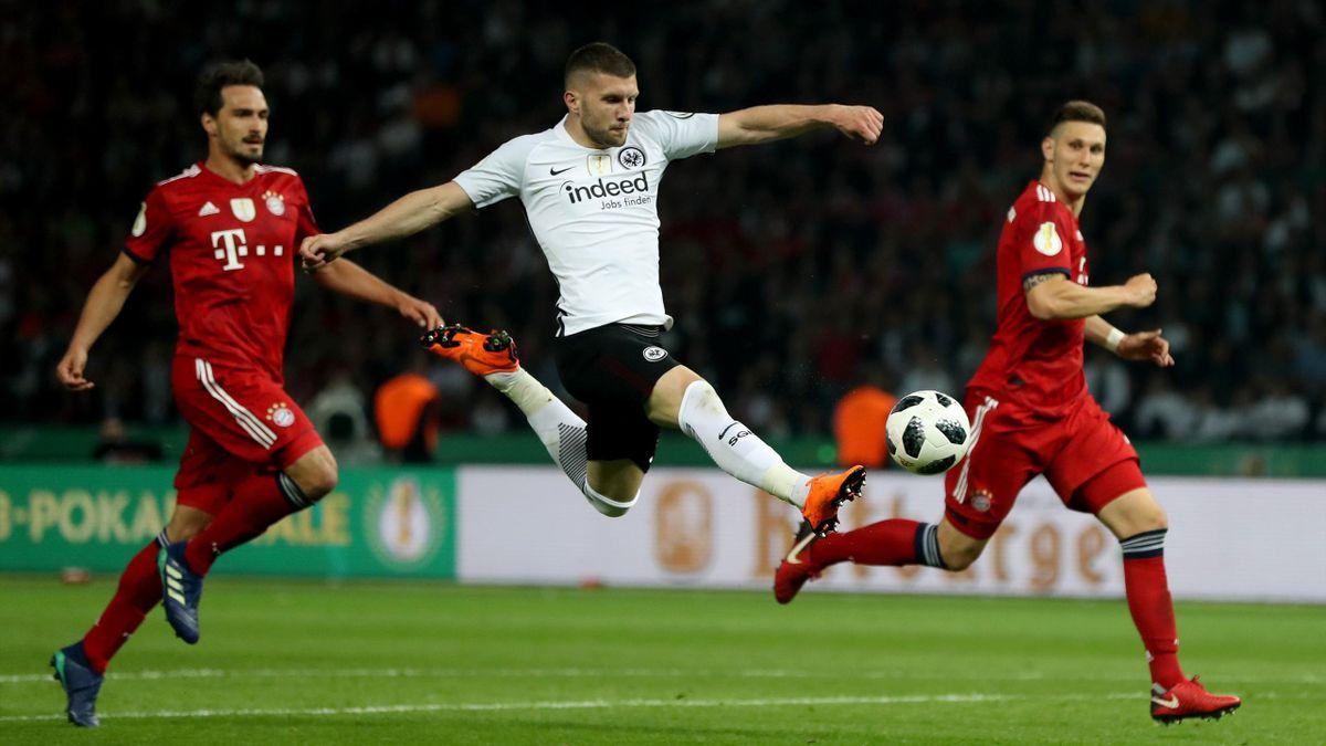 Ante Rebic (M.) von Eintracht Frankfurt gegen den FC Bayern München